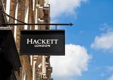 LONDON UK - JUNI 02, 2017: Hackett logo på svart displayfashionuttaglager i London Royaltyfria Foton