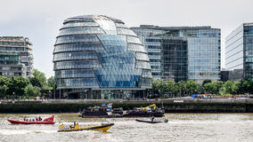 LONDON/UK - JUNI 15: Jet Boats Passing Ciy Hall i London på Ju Royaltyfri Foto