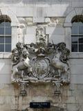 LONDON/UK - 15. JUNI: Königliches Wappen über dem Eingang zu t lizenzfreie stockfotografie