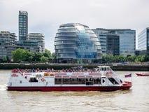 LONDON/UK - JUNI 15: Kryssningfartyg som passerar på Ciy Hall i London Arkivfoton