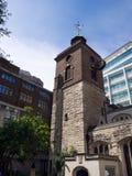LONDON/UK - JUNI 15: Kyrka för St Olaves, i att sjuda gränden London Arkivfoto