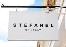 LONDON UK - JUNI 02, 2017: Lager för uttag för mode för Stefanel logoskärm i London Arkivfoto