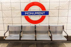 London UK - Juni 16, 2016: logo av en underjordisk station i London Den London tunnelbanan är den äldsta tunnelbanan av worlen Royaltyfria Foton