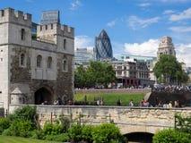 LONDON/UK - JUNI 15: Sikt över tornet av London till Citen Royaltyfria Foton