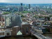 LONDON/UK - JUNI 15: Sikt av den London bron och byggnader på Royaltyfri Fotografi