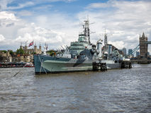 LONDON/UK - JUNI 15: Sikt av HMS Belfast i London på Juni 15, Arkivfoto