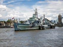 LONDON/UK - JUNI 15: Sikt av HMS Belfast i London på Juni 15, Arkivfoto