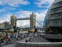 LONDON/UK - JUNI 15: Sikt av tornbron i London på Juni 15, Fotografering för Bildbyråer