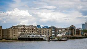 LONDON/UK - JUNI 15: Slup som förtöjas på den norr banken av riven Arkivbilder