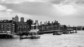 LONDON/UK - JUNI 15: Slup som förtöjas på den norr banken av riven Royaltyfria Bilder