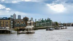 LONDON/UK - JUNI 15: Slup som förtöjas på den norr banken av riven Arkivbild