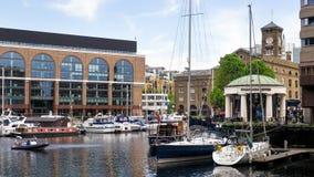 LONDON/UK - JUNI 15: Sortiment av fartyg i skeppsdocka för St Katherines Royaltyfri Foto