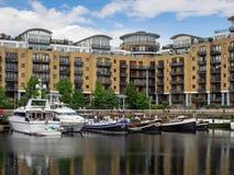LONDON/UK - JUNI 15: Sortiment av fartyg i skeppsdocka för St Katherines Royaltyfria Foton