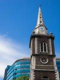 LONDON/UK - JUNI 15: St Boltolph utan den Aldgate kyrkan i Lond Royaltyfri Bild