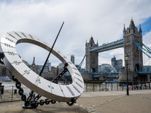 LONDON/UK - 15 JUNI: The Sun-Wijzerplaat dichtbij Torenbrug in Londen o stock foto