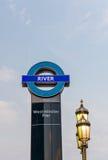 LONDON UK - JUNI 12: Tecknet av den Westminster pir färjer st Arkivbild