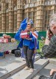 London/UK - Juni 26th 2019 - anti--Brexitpersonen som protesterar som Pro--EU rymmer en modell 'Boris, gjorde detta bussen fotografering för bildbyråer