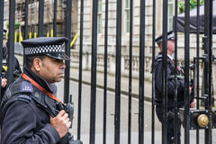 LONDON UK - JUNI 4th, 2017: Den beväpnade polisen bevakar portarna in i Downing Street i Westminster, London royaltyfria bilder