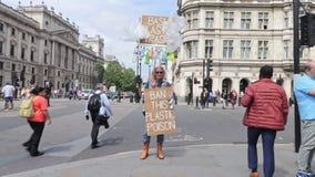 London/UK - Juni 26th 2019 - en person som protesterar rymmer tecken som säger att 'plast- avfall för förbud och 'förbjuder detta lager videofilmer