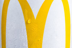 LONDON UK - JUNI 4th, 2017: McDonald's logo på iskallt drinkmakroslut upp arkivfoto