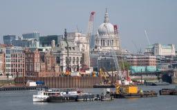 london uk Linia horyzontu pokazuje ikonową kopułę St Paul ` s katedra Rzeczny Thames, żurawie i budynki w budowie, obraz stock