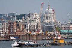 london uk Linia horyzontu pokazuje ikonową kopułę St Paul ` s katedra Rzeczny Thames, żurawie i budynki w budowie, obrazy stock