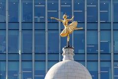 LONDON/UK - 21. MÄRZ: Replik-Statue von Anna Pavlova auf der Schale stockfotografie