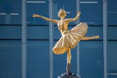 LONDON/UK - 21. MÄRZ: Replik-Statue von Anna Pavlova auf der Schale stockbilder