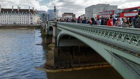 LONDON/UK - 21. MÄRZ: Touristen, die herein Westminster-Brücke Thronging sind Stockfoto