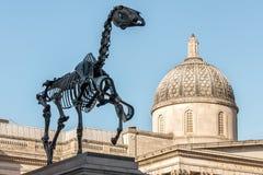 LONDON/UK - 7 MAART: Hans Haacke-het Paard van de standbeeldgift in Trafalgar Royalty-vrije Stock Foto