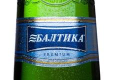 LONDON UK - MAJ 15, 2017: Öl för flasketikettlager nummer sju på vit Baltika är det andra - största brygga företaget i Ryssland Arkivfoto