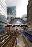 LONDON UK - MAJ 12, 2014: Canary Wharf DLR hamnkvarterstation i London Royaltyfria Bilder