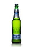 LONDON UK - MAJ 15, 2017: En flaska av Baltika lageröl nummer sju på vit Baltika är det andra - största brygga företaget in Arkivbilder