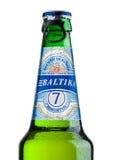 LONDON UK - MAJ 15, 2017: En flaska av Baltika lageröl nummer sju på vit Baltika är det andra - största brygga företaget in Arkivbild