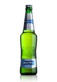 LONDON UK - MAJ 15, 2017: En flaska av Baltika lageröl nummer sju på vit Baltika är det andra - största brygga företaget in Royaltyfri Foto