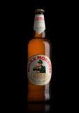 LONDON UK - MAJ 15, 2017: Flaska av Birra Moretti öl på svart, italienskt brygga företag som grundas i Udine i 1859 av Luigi More Royaltyfri Fotografi
