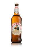 LONDON UK - MAJ 15, 2017: Flaska av Birra Moretti öl på vit, italienskt brygga företag som grundas i Udine i 1859 av Luigi Moret Royaltyfri Bild
