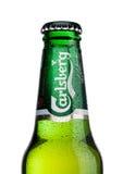 LONDON UK - MAJ 29, 2017: Flaska av Carlsberg öl på vit Danskt brygga företag som grundas i 1847 Arkivbilder