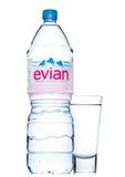 LONDON UK - MAJ 29, 2017: Flaska av Evian naturlig mineralvatten med exponeringsglas på en vit france gjorde Royaltyfria Foton