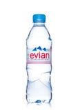 LONDON UK - MAJ 29, 2017: Flaska av Evian naturlig mineralvatten på en vit france gjorde Arkivbild