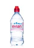 LONDON UK - MAJ 29, 2017: Flaska av Evian naturlig mineralvatten på en vit france gjorde Royaltyfri Foto