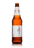 LONDON UK - MAJ 15, 2017: Flaskan av Carlsberg exportöl på vit, det danska brygga företaget grundade i 1847 med högkvarterloca Arkivbilder