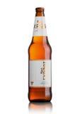 LONDON UK - MAJ 15, 2017: Flaskan av Carlsberg exportöl på vit, det danska brygga företaget grundade i 1847 med högkvarterloca Royaltyfri Foto