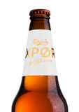LONDON UK - MAJ 15, 2017: Flaskan av Carlsberg exportöl på vit, det danska brygga företaget grundade i 1847 med högkvarterloca Arkivbild
