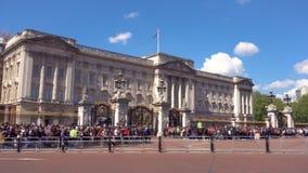 London UK - Maj 13, 2019: Folk som ut väntar Buckingham Palace för att se den berömda touristic dragningen ändringen av arkivfilmer