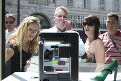 LONDON UK - MAJ 31: Gångare som fascineras med skrivaren 3D i FN Royaltyfri Fotografi