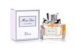 LONDON UK - MAJ 03, 2018: Glasflaska av lyxig doft för fröcken Dior på vit bakgrund Dior är ett modehus som grundas i Paris s Arkivbild