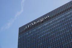 London UK - Maj 27, 2012: investmentbank J P Morgan European förlägger högkvarter i Canary Wharf, som koms med av arkivbild