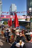 LONDON UK - MAJ 14, 2014: Kontorsarbetare som kopplar av i bar efter arbete royaltyfri bild