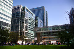 LONDON UK - MAJ 14, 2014: Modern arkitektur för kontorsbyggnader av den Canary Wharf arian den ledande mitten av global finans Arkivfoto